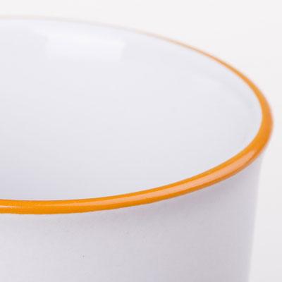 Rankų darbo apvado spausdinimas aplink puodelio kraštą